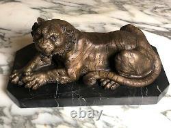 Bronze La lionne sur socle en marbre signé Russo