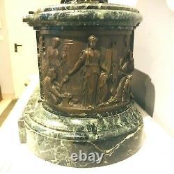 Importante pendule en bronze signée de J. J Feuchère base en marbre. XIX siècle