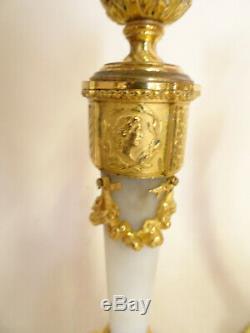PAIRE DE BOUGEOIRS LOUIS XVI EN BRONZE DORE ET MARBRE. Signés Raingo, Frères