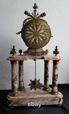 Pendule portique en marbre rose et bronze doré Mouvement signé J. Combe