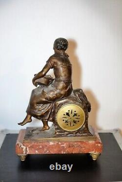 Pendule sculptée signée Auguste Moreau Régule marbre La pêcheuse 2 vases