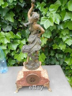 Pendule sur marbre avec sculpture régule signée Hippolyte MOREAU, LES RAISINS