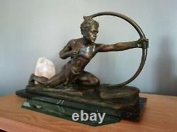 Sculpture Art Deco signée patiné bronze sur marbre Le Chasseur à l'arc