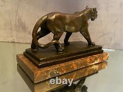 Sculpture en bronze sur terrasse de marbre à la lionne signée Millette